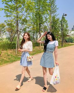 Girl Group Pictures, Classy Outfits, Cute Outfits, Korean Best Friends, Best Friend Outfits, Twin Outfits, Girl Fashion, Fashion Outfits, Ulzzang Korean Girl