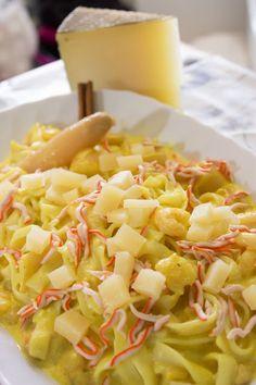 Un plato de lo más exótico: Espaguetis de surimi, espárragos blancos y queso curado de oveja con salsa de curry y canela http://elbauldelasdelicias.blogspot.com.es/2013/08/espaguetis-de-surimi-esparragos-blancos.html