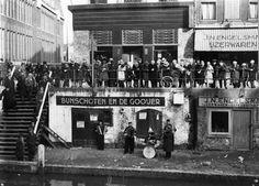 Een straatorkest op de werf met publiek op de Oudegracht... Bunschoten en De Gooijer waren bakkers - en de vader van Rijk de Gooijer was....bakker!