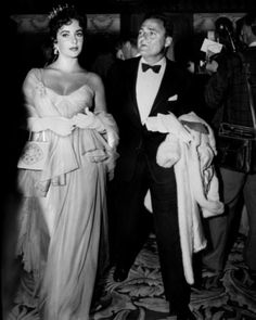 Elizabeth Taylor at the 1957 Oscars Gorgeous, glam, and topped off with a tiara: Lohan, this is how Hollywood royalty is meant to dress.