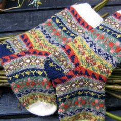 Another super winner from Catherine Wallace, the master colour worker. This beautiful pair of Land Girl socks are a delight . Fair Isle Knitting, Knitting Socks, Hand Knitting, Knitting Designs, Knitting Projects, Knitting Patterns, Motif Fair Isle, Land Girls, Wool Socks