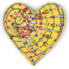 coracao-bordado...A beautiful felt heart embellished with beads!