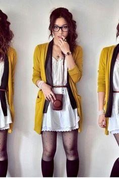 Vestido branco curto..Adoro o casaco mostarda com lenço marron e meias longas- mm da echarpe. Lindinho.