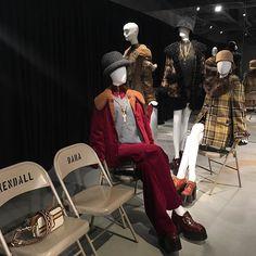 Marc Jacobs 2017秋冬系列結合優閒風格與街頭運動感暖色調子復古浪漫現場還展示出從紐約空運而來的front row 椅子 @marcjacobs #marcjacobs #harpersbazaarhk #bazaarhk #hbhk #kk  via HARPER'S BAZAAR HONG KONG MAGAZINE OFFICIAL INSTAGRAM - Fashion Campaigns  Haute Couture  Advertising  Editorial Photography  Magazine Cover Designs  Supermodels  Runway Models