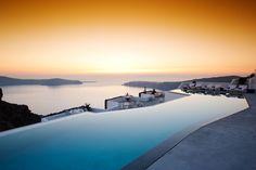 Dit zwembad ligt in Griekenland, Santorini! Uitkijkend over de Middelandse Zee en de Cycladen... Pure schoonheid!    http://www.hotelkamerveiling.nl/hotels/griekenland.html    #griekenland #santorini #zwembad #inifinity #pool #onwerkelijk