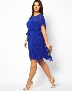(Foto 13 de 25) Elegante traje de fiesta corto estilo túnica en color azul klein, Galeria de fotos de 25 vestidos cortos para mujeres un poco más gorditas