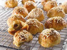 Oliivi-juustopalat   Valio Christmas Snacks, Starters, Muffin, Breakfast, Food, Morning Coffee, Christmas Appetizers, Essen, Muffins