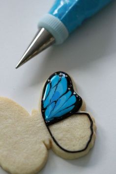 How-to video and post on how to decorate butterfly cookies with royal icing. Fancy Cookies, Iced Cookies, Cute Cookies, Easter Cookies, Royal Icing Cookies, No Bake Cookies, Cupcake Cookies, Cookies Et Biscuits, Cookie Favors