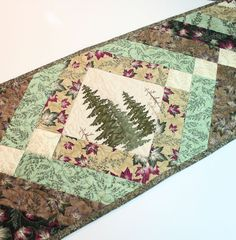 Pays matelassé Table Runner vert et Tan de pins et les feuilles, décor de la cabine