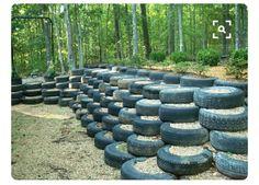 Barragem ou contenção feitas com pneus .
