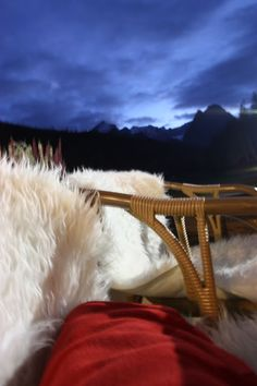 Gemütliche Sitzecken zum Hochzeitsempfang mit Fellen und Fleece-Decken in der Abenddämmerung am Riessersee in Garmisch-Partenkirchen - Herbst-/Winterhochzeit