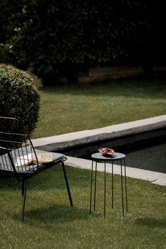Die Leichtigkeit des Seins neu interpretiert in feiner Metallstruktur: WM String Lounge Sessel und Wire Table.