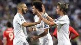 Fábio Coentrão (derecha), que ha asistido a Karim Benzema, felicita al goleador de la noche