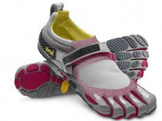 Caroline gives us a good intro to barefoot running shoes, and barefoot shoes that might be great for travelings with a need for hiking, running and climbing! Mode Shoes, Rothys Shoes, Me Too Shoes, Barefoot Running, Barefoot Shoes, Finger Shoes, Vibram Fivefingers, Minimalist Shoes, Best Running Shoes