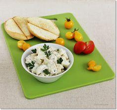 Gizi-receptjei: Krémsajtos tojássaláta. Plastic Cutting Board, Kitchen, Cooking, Kitchens, Cuisine, Cucina