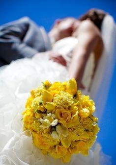 下からのアングルが新鮮!目の覚めるような青空が、ブーケの黄色と美しいコントラストを奏でています。