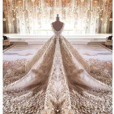 Beautiful wedding in DUBAI...couture mirrored image... @sayed5inco @salon_korona_ @asiancouturefederation @couturissimo #couture #wedding #bride #mirrorimage #Dubai #AbuDhabi #Qatar #Kuwait #KSA #MyDubai #MadeinDubai #MichaelCinco