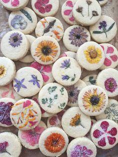 Flower-pressed shortbread cookies made with real edible flowers. Edible Flowers, All Flowers, Flowers Garden, Beautiful Flowers, Best Shortbread Cookies, Sugar Cookies, Baby Cookies, Heart Cookies, Valentine Cookies