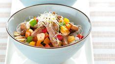 """""""Čína"""" stále patří mezi velmi oblíbená jídla. Nabízíme vám recept na rychlý oběd či večeři, na kterém si pochutná celá rodina. Fruit Salad, Dog Food Recipes, Potato Salad, Food And Drink, Potatoes, Ethnic Recipes, Asia, Potato, Fruit Salads"""