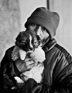 A prova de que os cães te amam não importa o que aconteça. Cães de estimação oferecem ajuda vital para os desabrigados. Eles oferecem amor incondicional em um tempo em que grande parte da sociedade vira as costas para eles, além disso protegem seus donos de muitos perigos nas ruas. Surpreendentemente, muitos cães de pessoas sem-teto são relativamente bem cuidados. Essas pessoas muitas vezes escolhem passar fome ao invés de ver seu companheiro faminto.