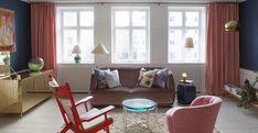 Divano Redondo di Patricia Urquiola in velluto di raso con Lens Table di McCollin Bryan in turchese, seduta PP129 di Hans Wegner e una poltrona svedese dal 1940. Cabinet in ottone di Ilse Crawford con una lampada Venini in vetro verde chiaro. Sopra l'armadio un arazzo Märta MAAS Fjetterström disegnato da Marianne Richter nel 1961. Plafoniera Nictea di Tobia Scarpa, progettata nel 1960 per Flos e lampadario in vetro trasparente di Murano del 1960. Tappeto vintage Beni Ourain.