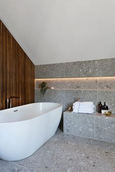 Dette badet får klesdesigner Maria Skappel Holzweiler i drømmemodus - Modena Fliser Bad Inspiration, Bathroom Inspiration, Home Room Design, Bathroom Interior Design, Vibeke Design, Bathroom Goals, Modern Bathroom, Powder Room, Washroom