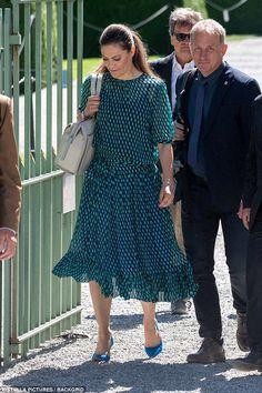 Crown Princess Victoria of Sweden, Duchess of Västergötland. Baum und Pferdgarten 'Milena' blouse and Baum und Pferdgarten 'Selda' skirt. Victoria Prince, Princess Victoria Of Sweden, Princess Estelle, Crown Princess Victoria, Princesa Victoria, Blue Stilettos, Swedish Royalty, Royal Dresses, Green Dress