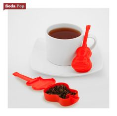 Spruce up your tea with a touch of rock and roll! This guitar tea infuser is perfect for brewing your favorite loose tea leaves. Place them inside the guitar and then into the water to infuse for the desired amount of time to suit you. Tea Strainer, Tea Infuser, How To Make Tea, Food To Make, Tequila, Design3000, Glass Tea Cups, Buy Tea, Brewing Tea