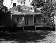 Moundville Plantation House in St. Abandoned Plantations, Louisiana Plantations, Southern Architecture, Architecture Old, Abandoned Houses, Old Houses, Louisiana Creole, Plantation Homes, Southern Style