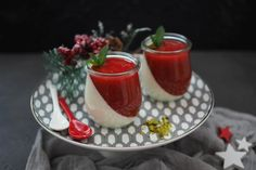 recipe Definitely a delicious Christmas dessert is the lightning-quick vanilla panna cotta with strawberry sauce. Hopefully you like it as much as we do. Desserts Thermomix, Köstliche Desserts, Vanilla Panna Cotta, Strawberry Sauce, Christmas Desserts, Food Porn, Dinner, Ethnic Recipes, Dessert Food