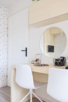 KARWEI | Een lichte slaapkamer voor een tiener, met een multifunctioneel bureau. Je kunt hier makkelijk je huiswerk maken en je make-up doen. Voor extra opbergruimte zijn er kastjes boven het bureau geplaatst | 03-2018 #bureau #slaapkamer #tienerkamer #opbergruimte Teen Girl Rooms, Teen Bedroom, Bedroom Decor, Laura Lee, Ikea Storage, Home Desk, Bedroom Accessories, White Bedding, Room Lights