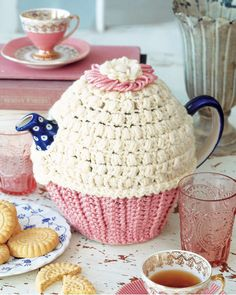 Tea time is most of the people's favorite time and here we will share 99 Pretty & Marvelous Crochet Tea Cozy Pattern marvelous ideas to make it more special Crochet Kitchen, Crochet Home, Crochet Crafts, Knit Or Crochet, Hand Crochet, Free Crochet, Grannies Crochet, Tea Cosy Pattern, Free Pattern