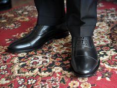 Ett par svarta Oxfords och ett par bruna kvalitetsskor. För att klara klädkoderna krävs ett par oxfordskor, det är basen i formella sammanhang. Ingen annan sko kan ersätta en Oxford. (Källa: manligheter.se)