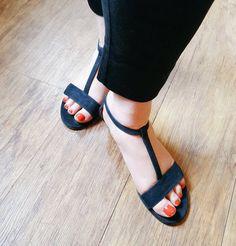 Suzanne in her Sargasso & Grey sandals