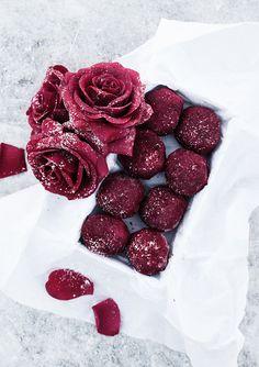 (Raw antioxidant balls with raspberries and dark chocolate, for english text scroll down) Favorit i repris! ♥ De här rawfood bollarna är löjligt goda. Friska, syrliga och med en touch av…