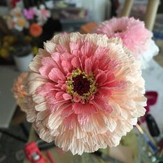 flores grandes de papel crepe muy bonitas The Effective Pictures We Offer You About DIY Fabric Flowers small A quality picture can tell you many things. You can find the most beautiful pictures that c Paper Flower Wreaths, Paper Flower Art, Tissue Paper Flowers, Paper Roses, Flower Crafts, Paper Peonies, Giant Paper Flowers, Diy Flowers, Fabric Flowers