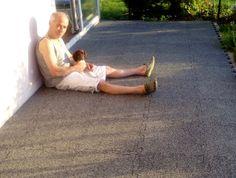 """Unser Kunde Kai Pfennig aus Waldsassen auf seiner frisch mit 18 mm starken WARCO-Terrassenplatten im Farbdesign """"heller Granit"""" belegten Terrasse."""