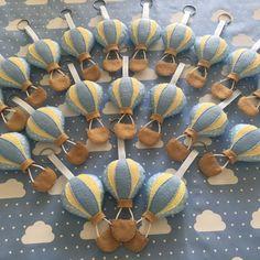 Chaveiros de balão, feito à mão, confeccionado em feltro. Medindo 9cm cada. Ideal para lembrancinhas de aniversário, chá de bebê,mesversario e nascimento. -Podem ser feitos nas cores de preferência do cliente. -Pedidos acima de 20 unidades devem ser feitos com antecedência. - É embalado em saq... Wire Crafts, Felt Crafts, Diy And Crafts, Crafts For Kids, Pochette Diy, Baby Shower Souvenirs, Iftar, Baby Shawer, Felt Diy