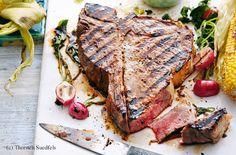 T-Bone-Steak mit Chimichurri, gegrillten Maiskolben und Radieschen