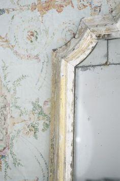 ~ gorgeous shabby chic wallpaper & mirror