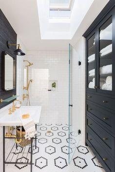 Czarna szafa w łazience