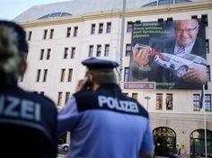 Activistas de Greenpeace despliegan manta contra ministro alemán de Medio Ambiente   Grupo Milenio #Alemania #GreenPeace #Ecología