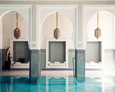 Ah, perhaps one of #Morocco's most beautiful pools. Gorgeous #Moroccan arcade with mosaic zellij tile on the pillars. & Moroccan lanterns! Look at the little built in Moroccan banquette seating. #design