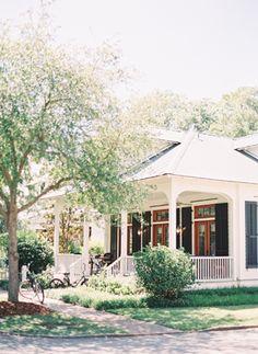 Palmetto bluff coastal wedding. Wedding venue ideas for couples planning an outdoor wedding. #weddingvenues #weddingplanningtips #outdoorweddingvenues
