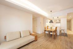 Zona de estar con la cocina abierta | Sincro #cocinas #salones #comedor #comedorconestilo #livingroom #livingroomideas #livingroomdecor #livingroomdesign