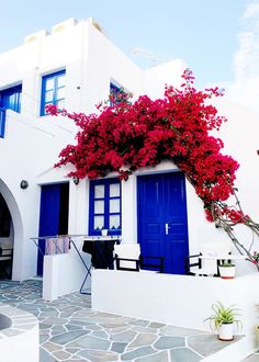 hotel restaurant The Gimme Some Oven travel guide for restaurants to eat, hotels to stay and places to visit in Santorini, Greece.