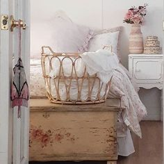 Shabby Chic Interior Design Ideas For Your Home Shabby Chic Interiors, Shabby Chic Decor, Cottage Style Bedrooms, Modern Cottage, Cozy Cottage, Cosy Lounge, Shabby Home, Shabby Vintage, Vintage Bohemian