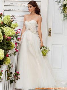 Romantisches schlichtes Brautkleid aus Organza mit Blumen