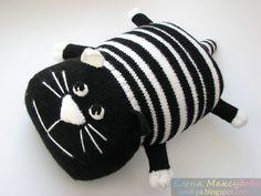 Мастер класс по вязанию крючком подушки котика...Материалы:..1 Пряжа белого и чёрного цвета..2 Крючок 2,5 мм..3 Спицы 2,5 мм..3 Чулочные спицы 2,0-2,5 мм..4 Наполнитель для игрушки..5 Игла для вышивания шерстью....Источник...