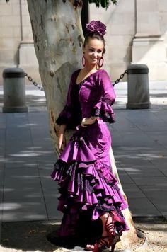 Buenos días #Sevillahoy #flamenca #Mujer #Gitana #Ayuntamiento #Plazanueva #Sevilla | #Tapasconarte